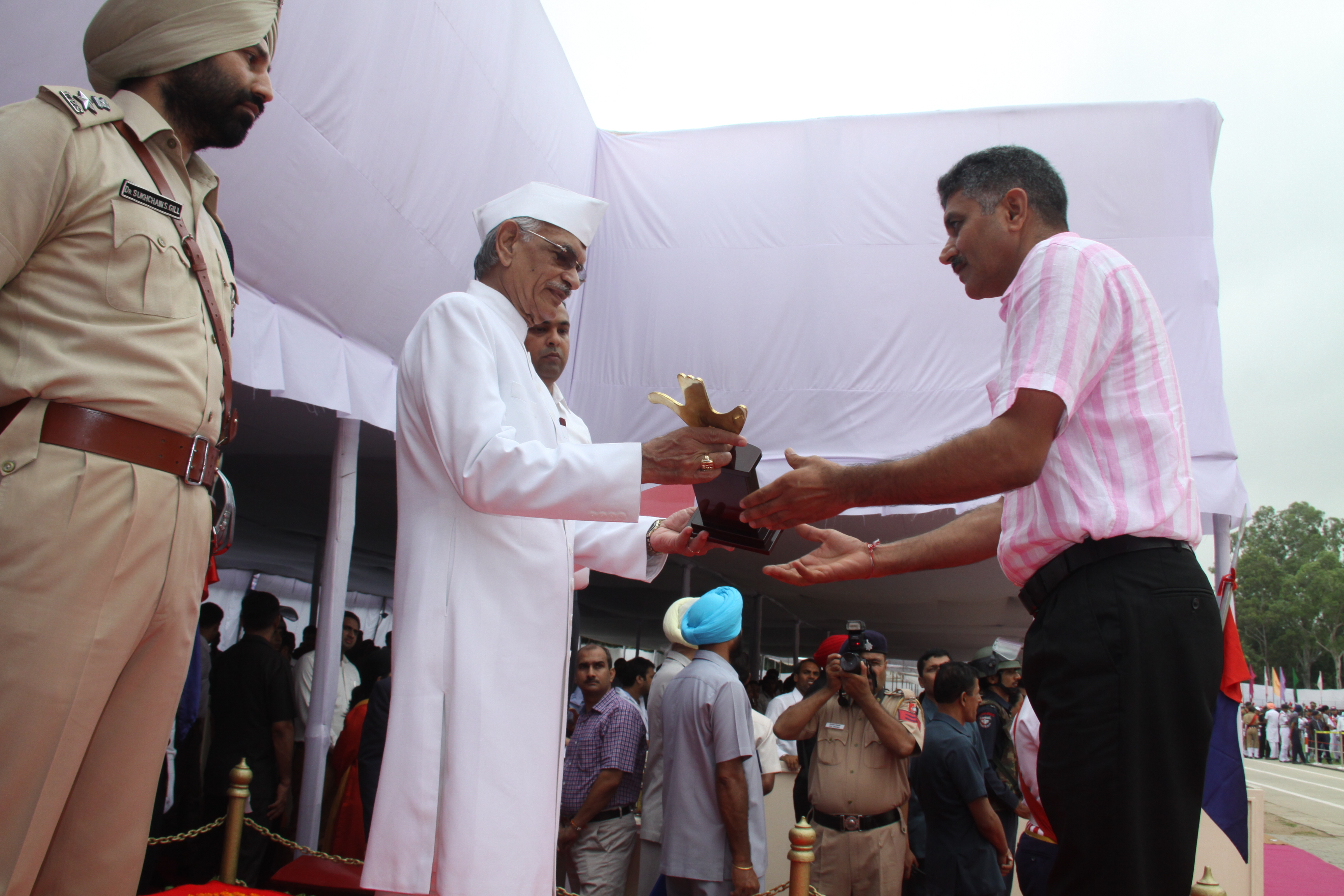 Shamsher Singh Lect.in Maths receving commendation on Independence Day 2014 from Governor of Punjab Shiv Raj Singh Patel